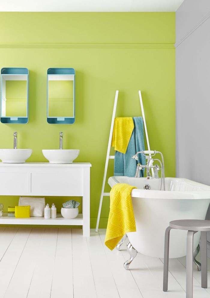 idée peinture lessivable pour salle de bain, déco pièce humide en blanc avec accessoires en bleu et jaune, exemple rangement salle de bain avec échelle