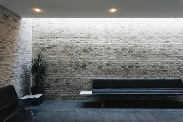 choix d'éclairage moderne pour économiser de l'énergie, modèle de plafond suspendu avec éclairage spots LED