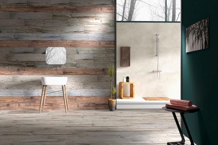 exemple de revetement mural salle de bain à imitation bois, agencement pièce humide avec cabine de douche