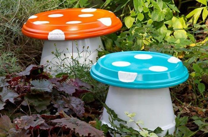 champignons avec pots peints et bols de salade décorés de pois blancs, amenagement jardin