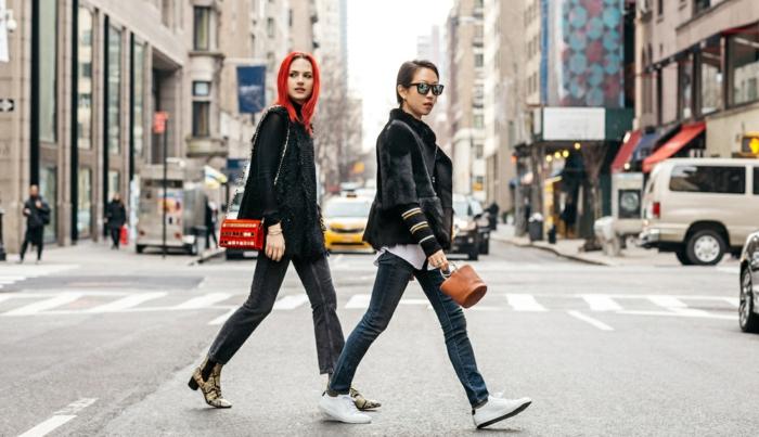 jeans, sneakers, sac à main rouge, couleur cheveux rouge, sac à main tendance