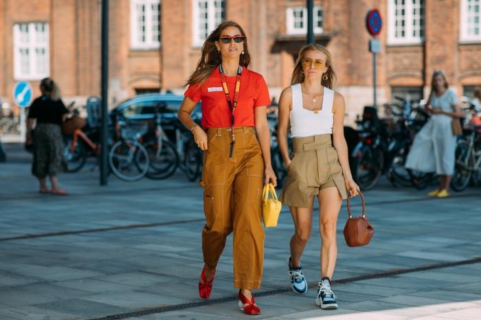 pantalon couleur curry, streetstyle, chaussures de sport, sac à main original, petit sac jaune, t-shirt rouge