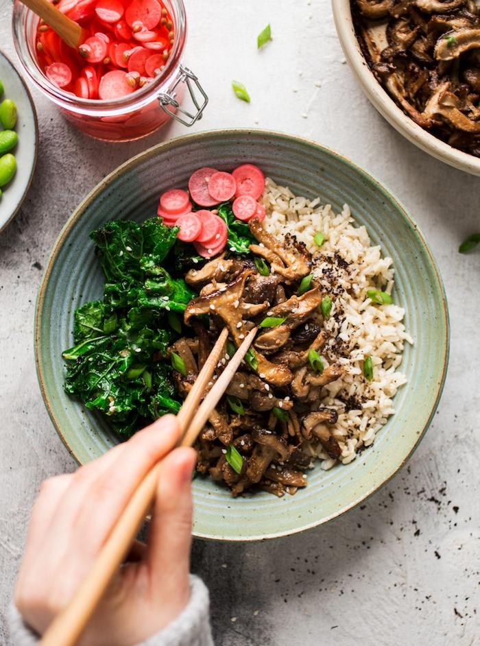 idée cuisine japonaise chinoise, plat végétarien bol de riz, chou frisé, champignons, pâte miso, recette pour le soir