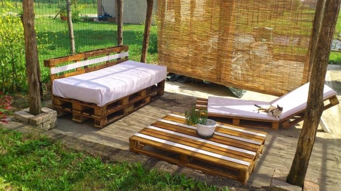 idée comment décorer facilement l'arrière-cour avec meubles en bois recyclé, modèle de canapé palette en bois foncé