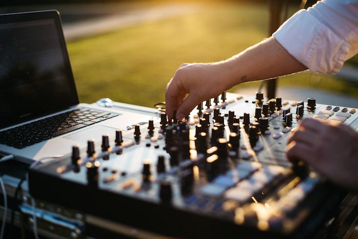 Le dj de mariage, comment s'amuser bien en dansant, cool idée animation mariage, demander le dj pour une chanson spéciale