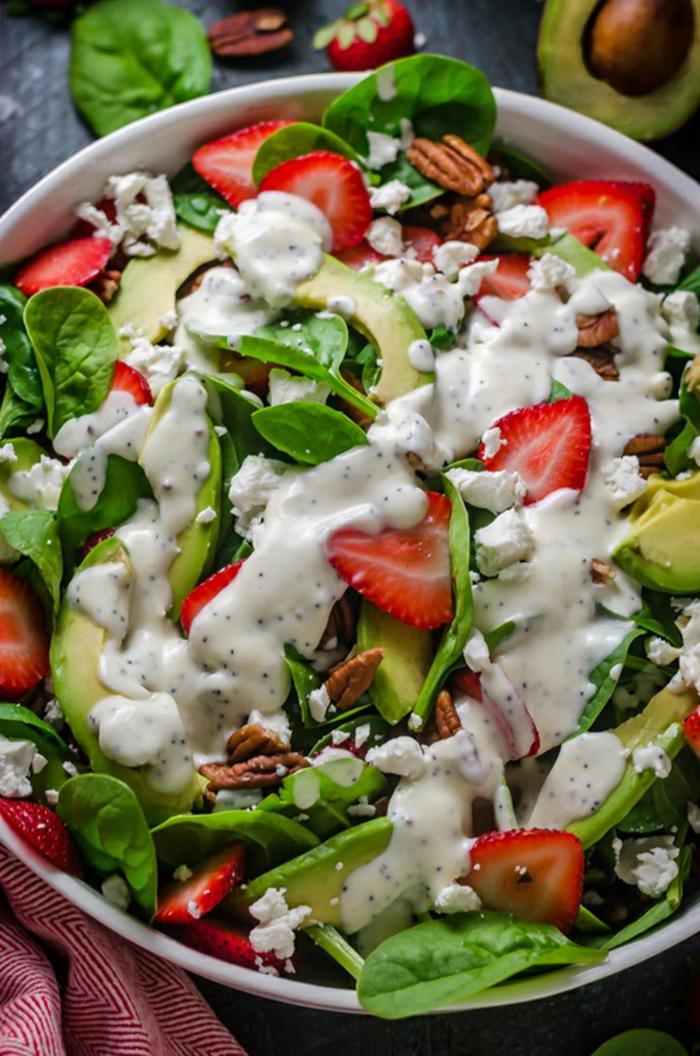 joli mix de fruits et de légumes, avocats, noix de pécans, épinards, salade facile