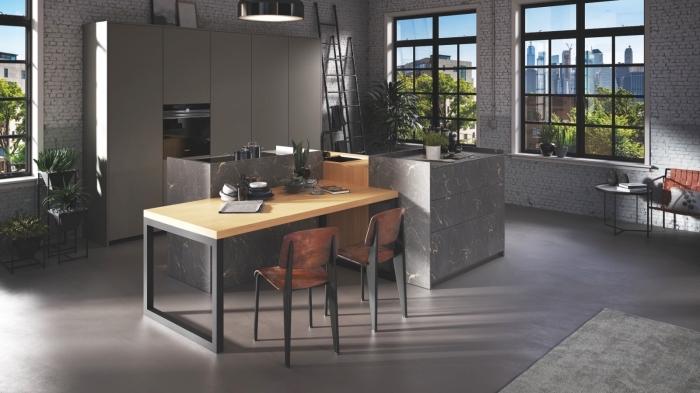 aménagement cuisine de style industriel avec îlot gris et bois, idée revêtement mural avec papier peint à effet briques