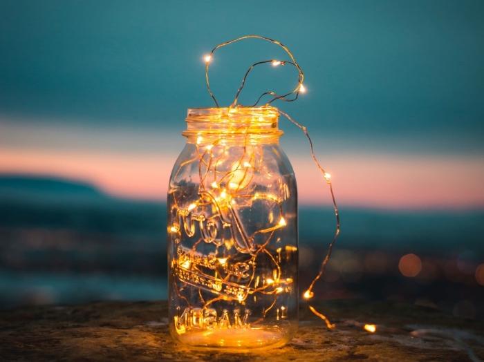 objet de déco chambre ado fille, type d'éclairage led sous forme de guirlande lumineuse, diy bocal lumineux pour déco romantique