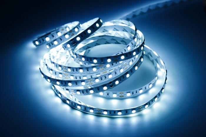 quel type d'éclairage choisir pour illuminer un meuble, modèle de ruban lumineux, idée éclairage led simple à poser