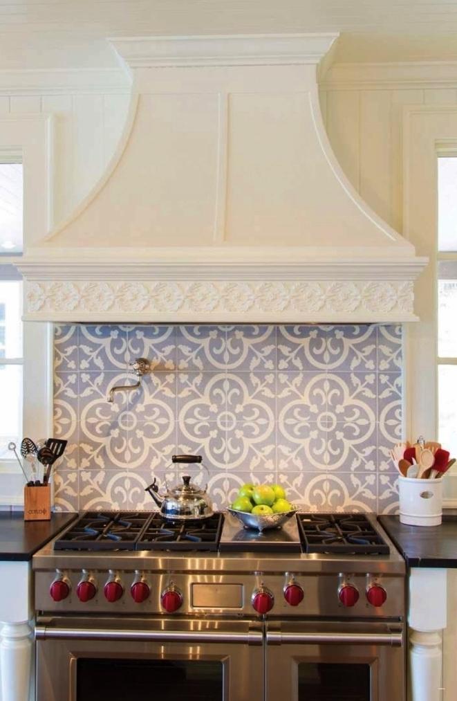 credence carreaux de ciment aux motifs floraux anciens en bleu clair posée derrière les plaques de cuisson