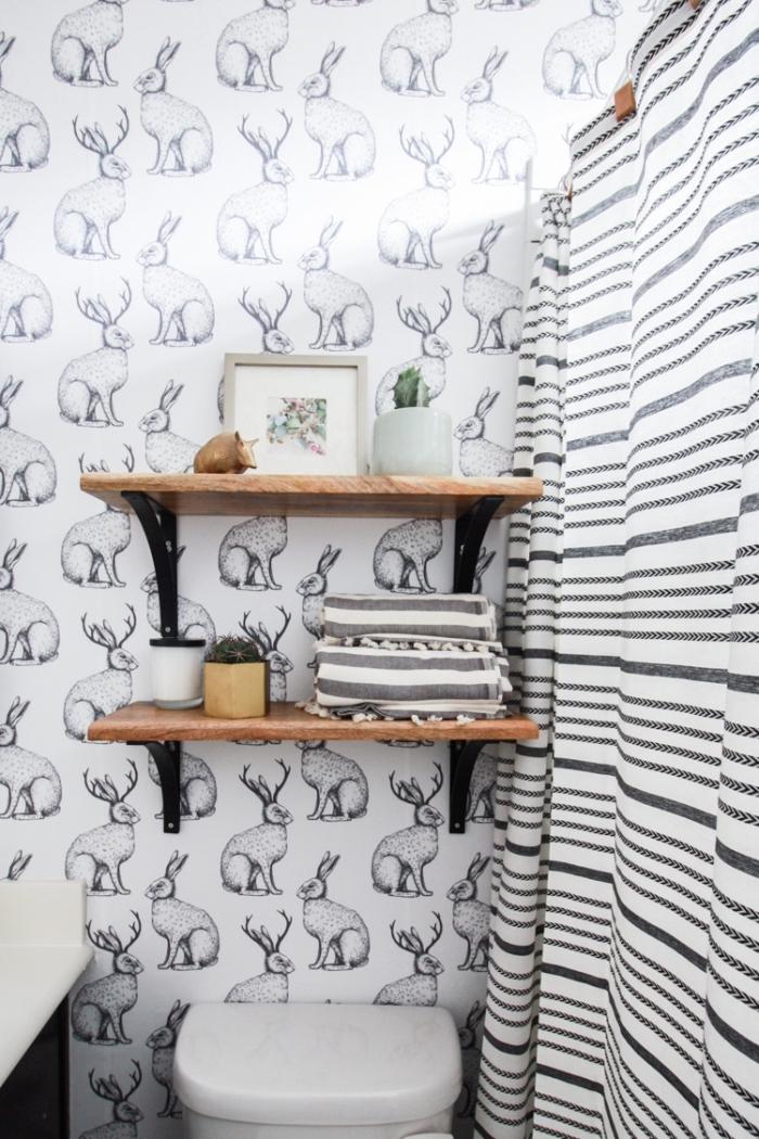 idée revêtement mural pour salle de bain avec papier peint imperméable blanc et noir aux motifs animaux, meuble rangement mural en bois et fer