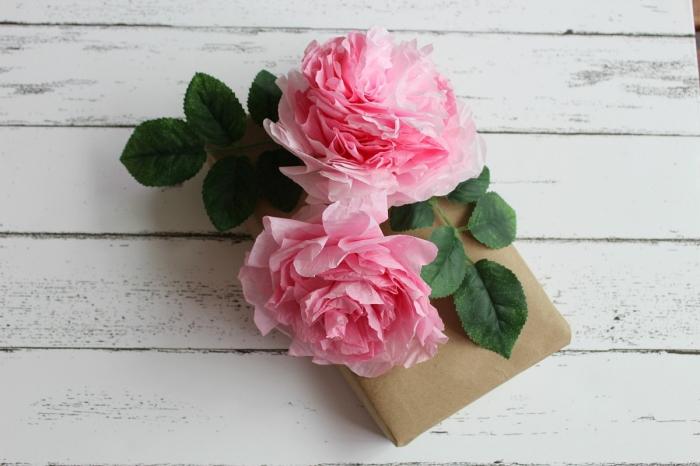 modèle de rose anglaise réalisé en papier crépon, comment faire des fleurs en papier crépon