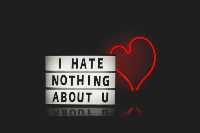 enseigne lumineuse, déco mirale originale, coeur accroché rouge, script avec message inspirant
