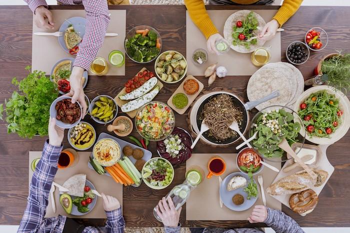 Amis sur la table, partager la nourriture, plats pour tout le monde, idee diner, idée repas pas cher, apero dinatoire original