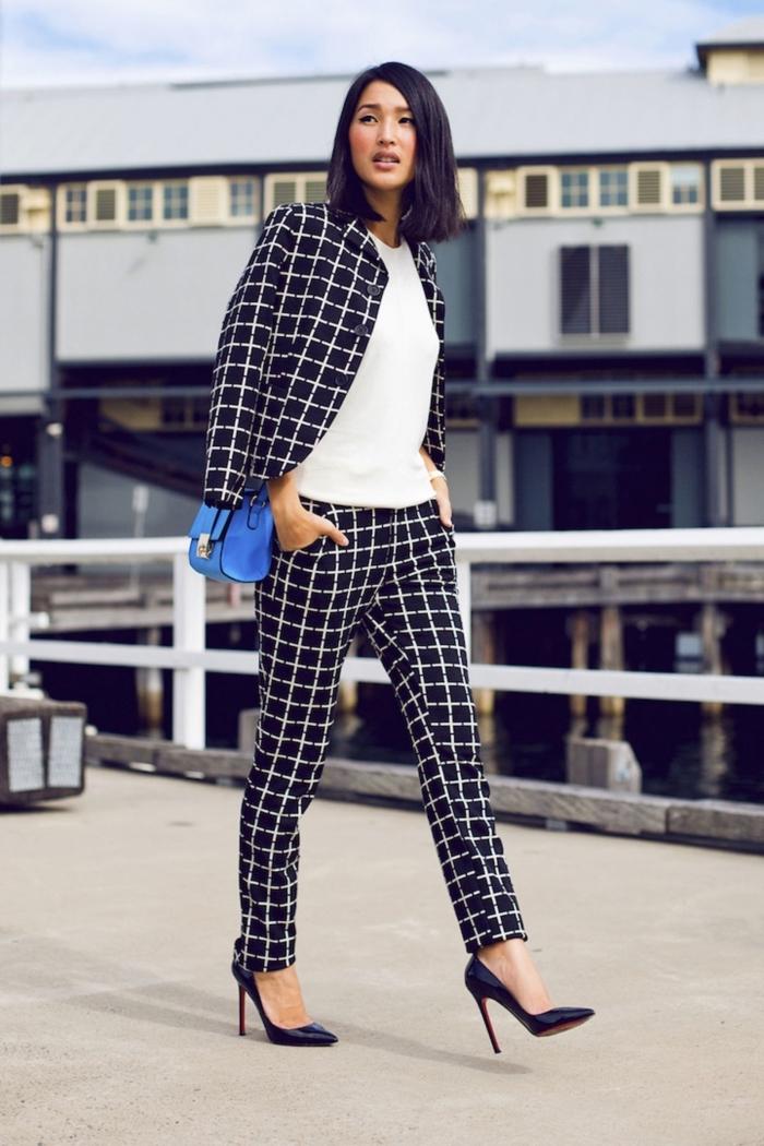 modèle de tailleur pantalon femme chic aux motifs carreaux noir et blanc, look élégant femme avec blouse blanche et chaussures noires
