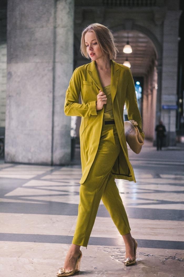 couleurs vêtements tendance printemps 2019, exemple de costume vert pour femme avec blazer long et pantalon fluide