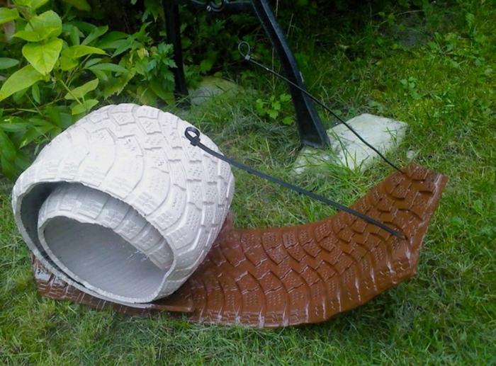 escargot réalisé avec des pneus recyclés, pelouse verte, decor jardin intéressant avec objets récup
