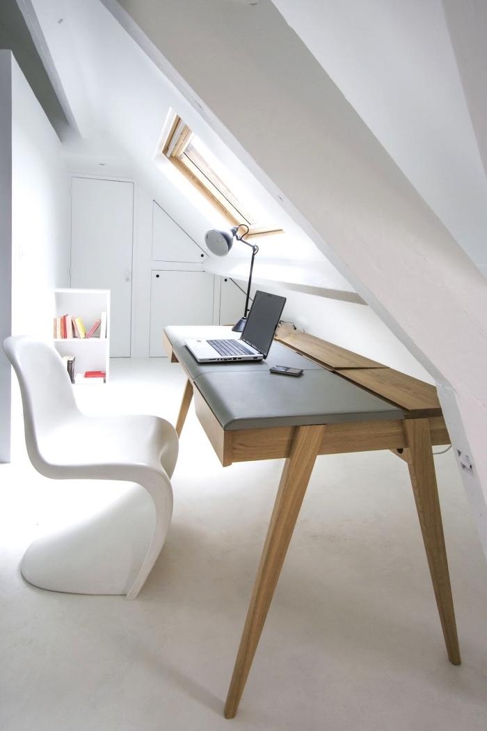 espace bureau aménagé sous les combles avec placard sous pente encastré au mur, bureau au design