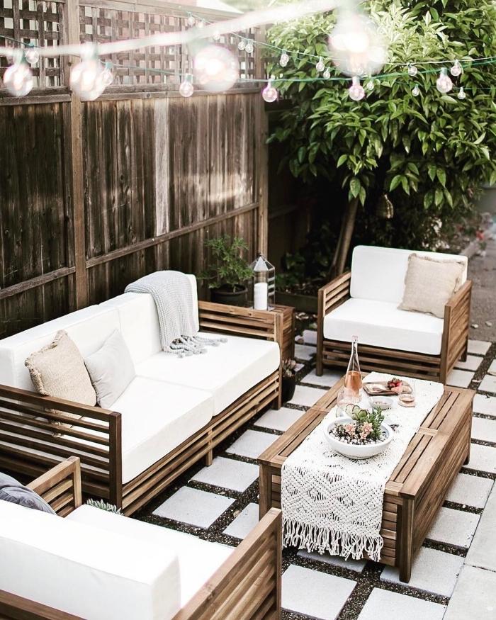 ambiance bohème chic dans un jardin avec meubles fait main, que faire avec des palettes, idée éclairage extérieur romantique