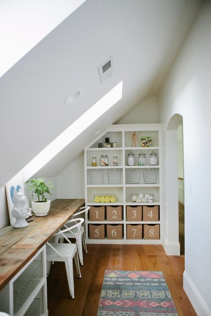 un coin perdu sous les combles transformé en espace bureau avec plan de travail suivant la pente du toit, idée de meuble sous pente pour optimiser l'espace perdu