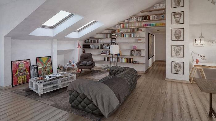 un appartement aménagé dans les combles, une grande bibliothèque sous pente dans l'espace ouvert du salon réalisée avec des étagères ouvertes montées sur le mur entier