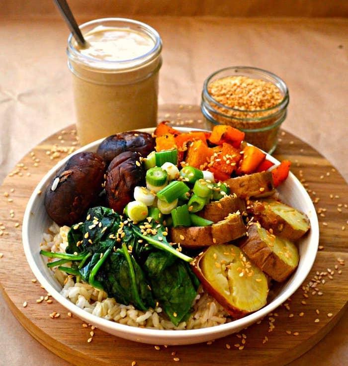 recette bouddha bol aux épinards, patates et patates douces, champignons sur du riz, idée repas riche soir bondé de protéines végétales
