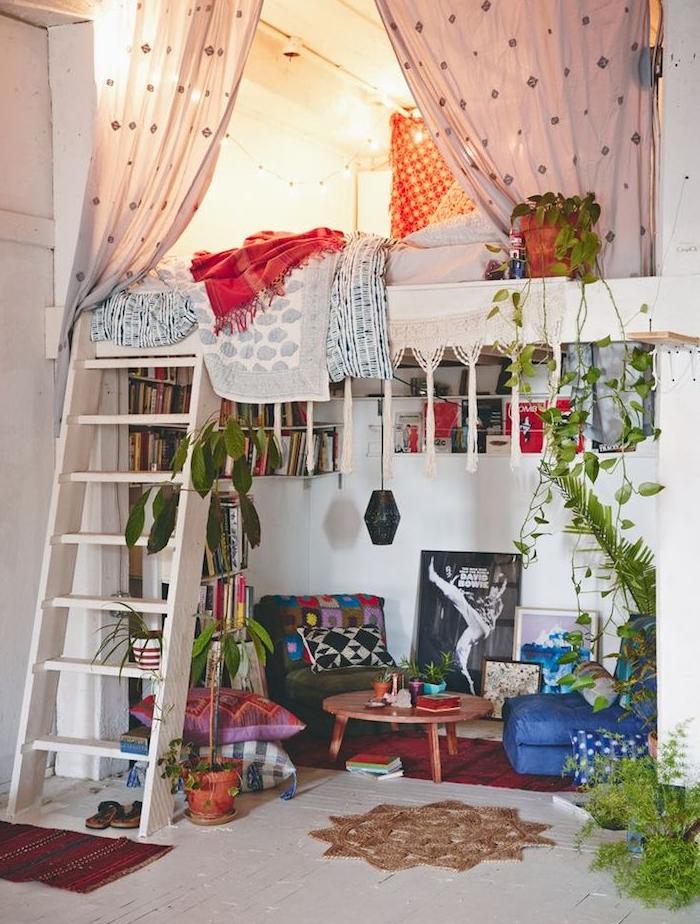 amengement petit espace dans un style deco boheme chic hippie, avex lit mezzanine en hauteur avec escalier et coin salon avec fauteuil, tabouret et table en dessous