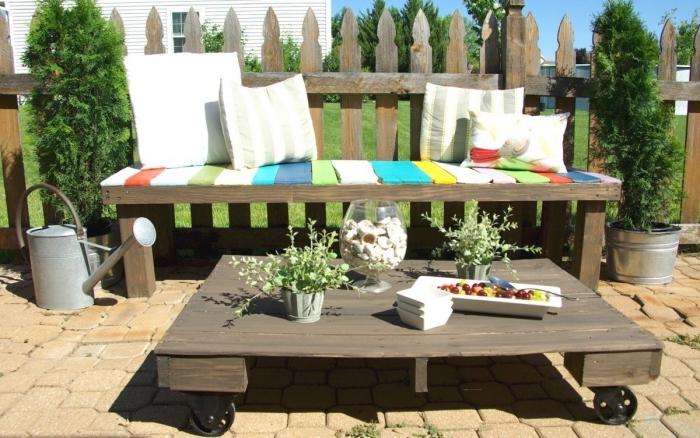 comment décorer une petite terrasse ou arrière-cour avec meubles en palettes, modèle de petite table de jardin en bois