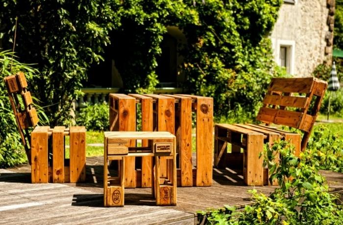 DIY salon de jardin en palette, comment décorer un espace extérieur à petit budget, exemple de meubles bois fait main