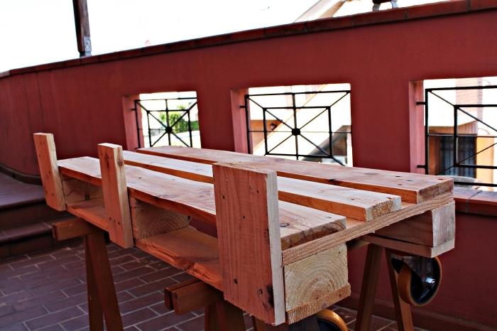 idée recyclage de palette facile, modèle de table bois DIY pour balcon ou jardin, exemple de table en palette