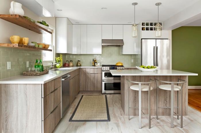 modele de cuisine avec crédence en carrelage vert pâle, armoires de cuisine en bois clair avec plan de travail blanc