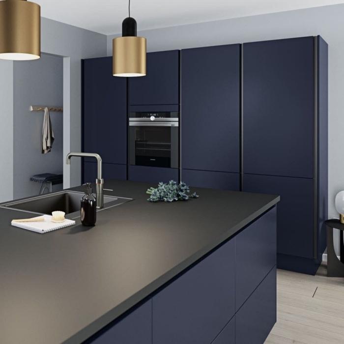 lampe suspendue à finition or et noir mate, modèle îlot avec comptoir mate, modele de cuisine moderne avec meubles bleu foncé