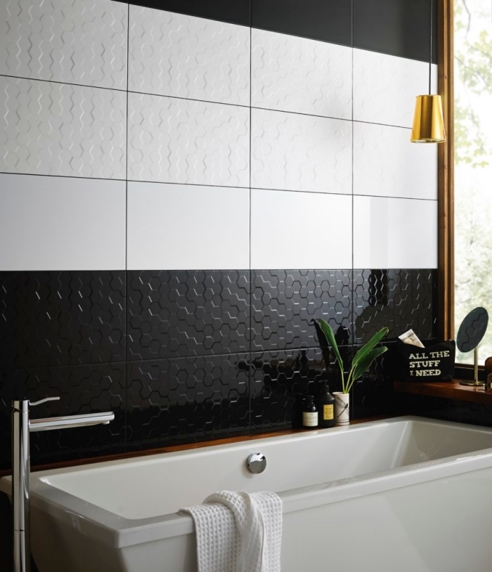 panneau décoratif mural à design carreaux blanc et noir, agencement salle de bain en blanc et noir avec accessoires en or