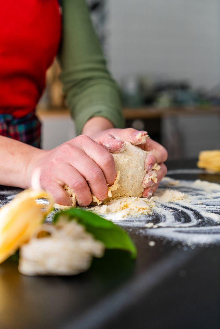 faire pétrir la pâte, comment faire des pates chez soi, recette simple tagliatelle àbase de farine et oeufs
