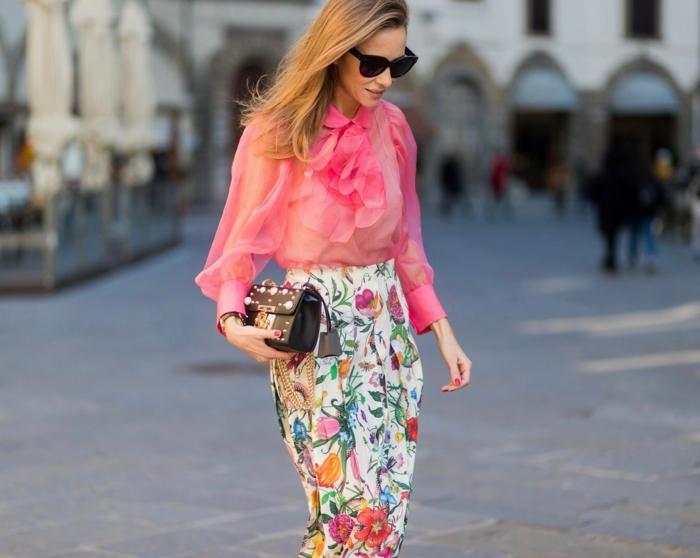 jupe florale, chemise en tulle rose, volants à la poitrine, petit sac à main noir, lunettes de soleil