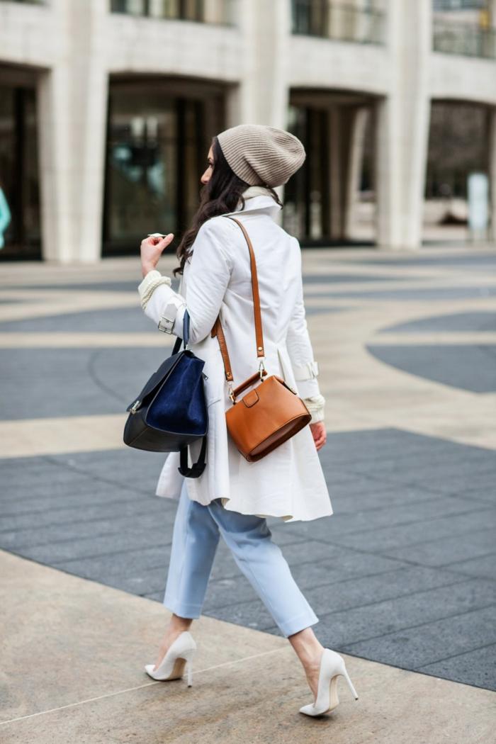 sac en cuir tendance, sacs petite taille, veste blanche, bonnet gris, jeans bleu clair