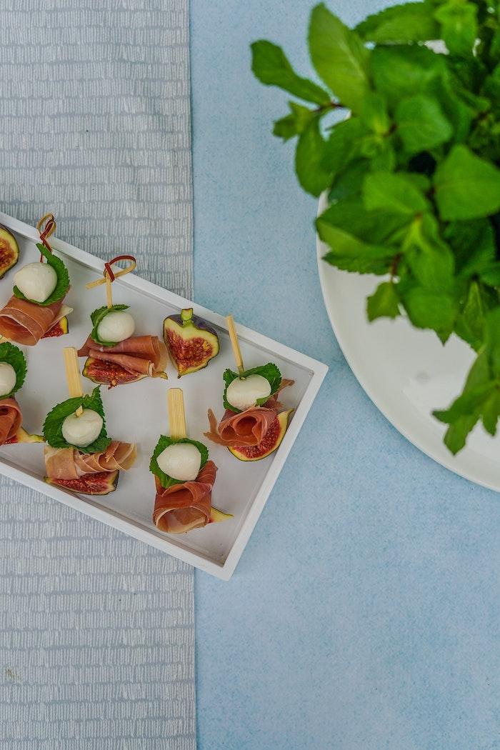 Brochettes de jambon et mozzarelle, combinaison délicieuse pour une entrée simple et raffiné, plat convivial, apero dinatoire original, simple preparation amuse bouche