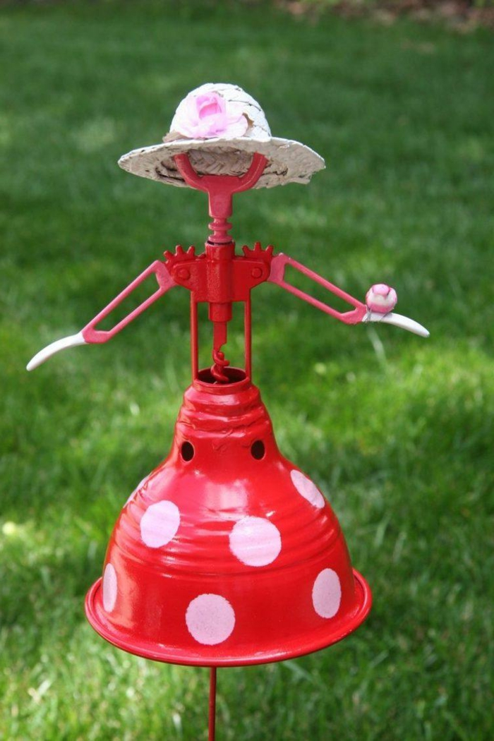 poupée de matériaux recyclés faite avec une lampe et tire-bouchon, decor jardin, pelouse verte
