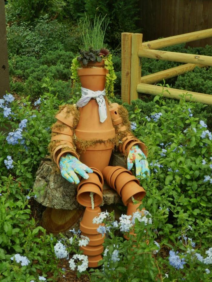 decoration jardin en pots de fleur, figure humaine en pots de terre cuite, jardin vert