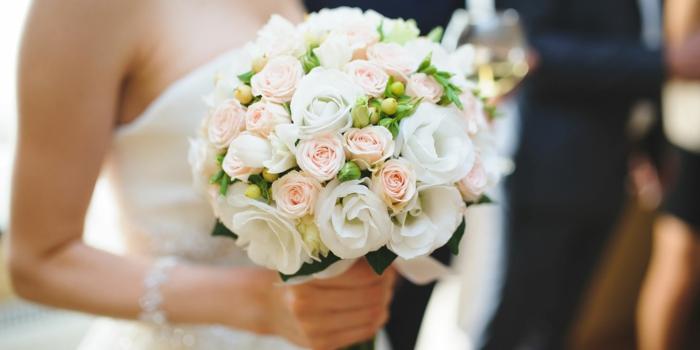 bouquet de fleurs blanc, robe bustier, décoration florale mariage pour un mariage moderne