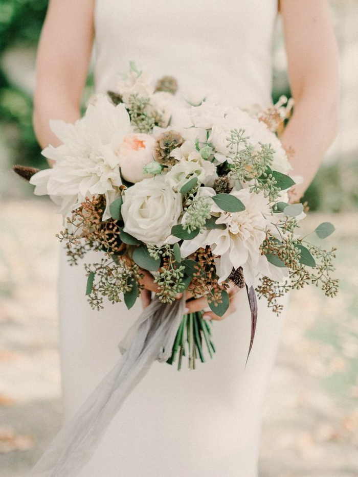 grand bouquet champêtre en roses blanches et herbes sèches, robe minimaliste modèle élégant