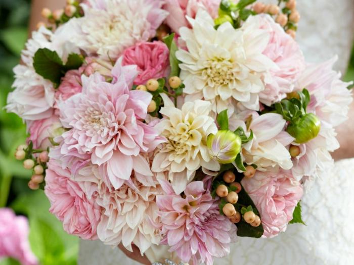 bouquet de dahlias roses, arrangement floral pour mariage, fleurs en couleurs douces, bouquet de fleurs mariage