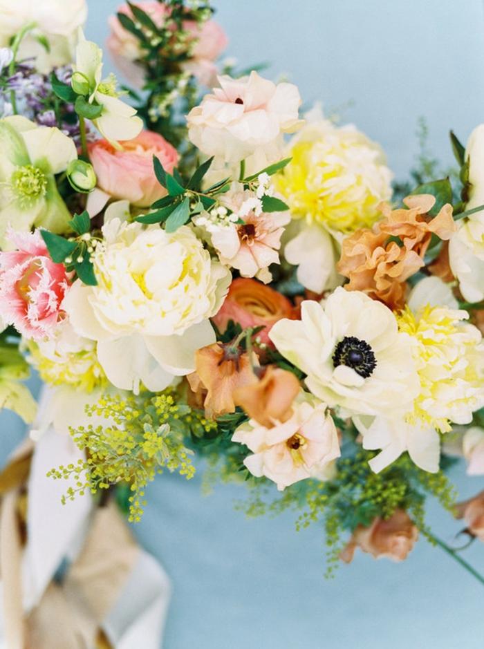 bouquet de mariée en couleurs claires, pavot blanc, rose jaune et blanche, feuillages