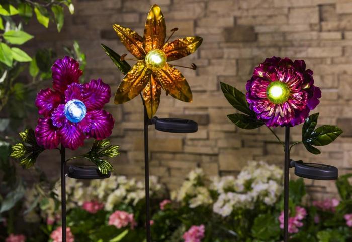 fleurs en métal recyclé, déco jardin coloré, muret en pierre, parterre de fleurs, décoration jardin