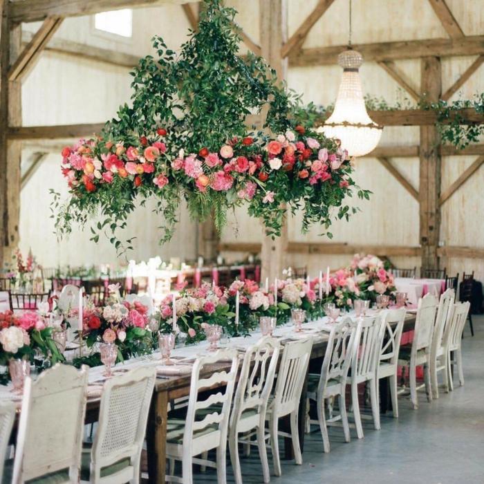 grande suspension florale, composition florale rose et feuilles, mariage de vieille grange rénovée