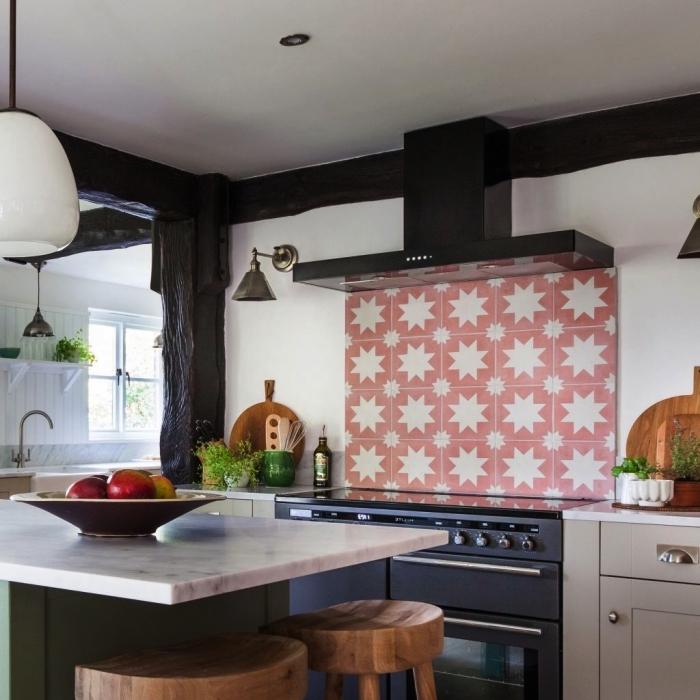 credence carreau ciment motif étoile en rose et blanc posée derrière une plaque de cuisson dans une cuisine campagne chic