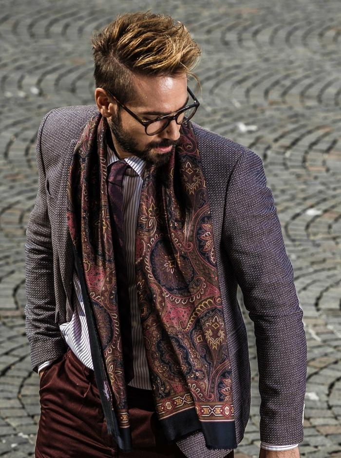 foulard pour homme motifs orientaux, veste longue en tweed, chemise rayée, pantalon marron
