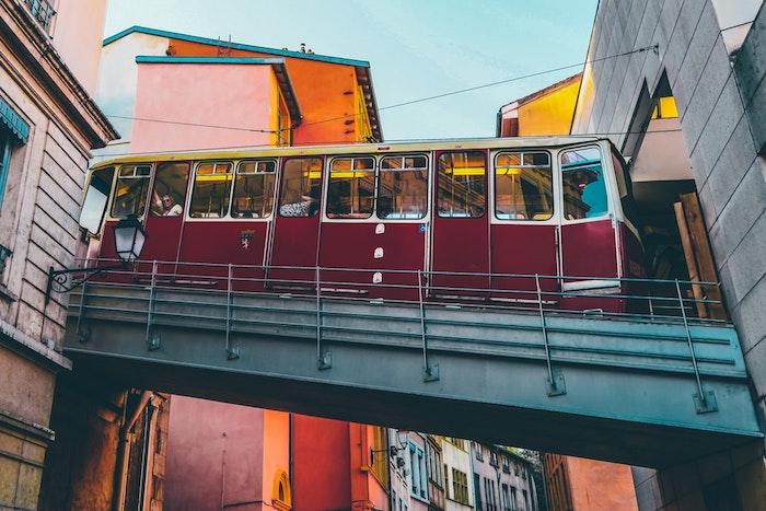 Paysage urbain à Lyon, France, image de paysage originale pleine de bâtiments et un bus, le plus beau paysage ville pour arrière plan