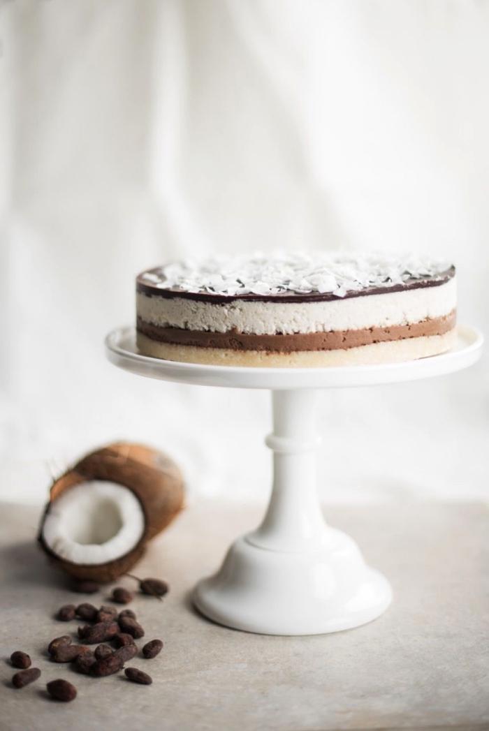 gateau sans farine au chocolat et à la noix de coco façon dessert bounty, avec une base de dattes, gâteau bounty sans cuisson à la noix de coco et aux noix de cajou