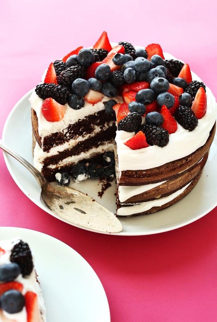 recette vegan de naked cake au chocolat garni de crème à la noix de coco et de fruits rouges, recettes gourmandes de la patisserie sans gluten